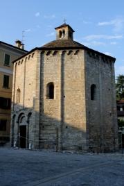 © Photo by ROBERTO ALBORGHETTI - St.John Baptistery, Lenno, Lake Como, Italy (15) (427x640)